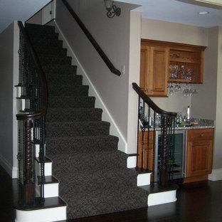 Diseño de escalera recta, mediterránea, de tamaño medio, con escalones enmoquetados, contrahuellas enmoquetadas y barandilla de metal