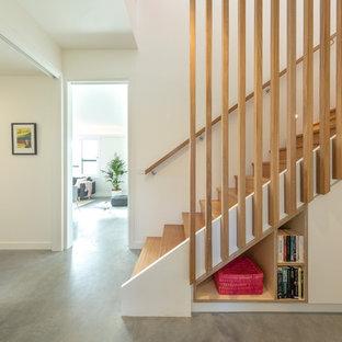 """Ispirazione per una scala a """"U"""" minimal di medie dimensioni con pedata in legno, alzata in legno e parapetto in legno"""