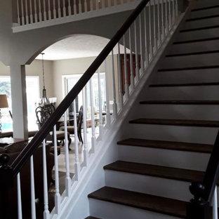 Imagen de escalera madera, minimalista, grande, con escalones de madera, contrahuellas de madera, barandilla de madera y madera