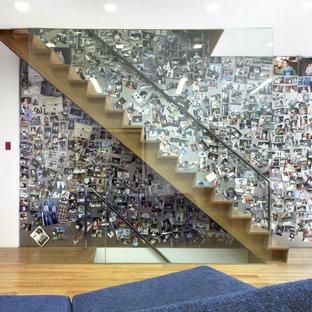 Foto de escalera recta, bohemia, con escalones de madera y contrahuellas de madera