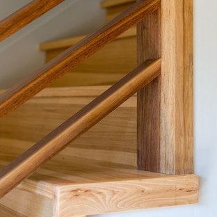 Idéer för en mellanstor klassisk rak trappa i trä, med sättsteg i trä och räcke i metall
