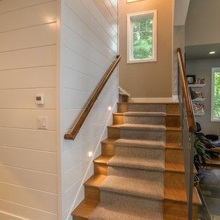 Ejemplo de escalera en L, de estilo de casa de campo, con escalones de hormigón y contrahuellas enmoquetadas