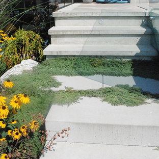 バンクーバーのコンクリートのコンテンポラリースタイルのおしゃれな直階段 (コンクリートの蹴込み板) の写真