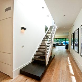 Immagine di una scala a chiocciola moderna di medie dimensioni con pedata in legno e nessuna alzata