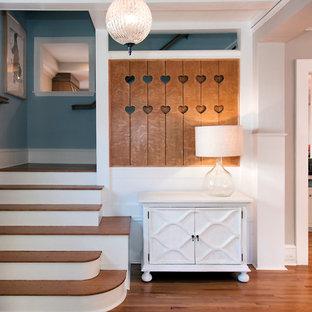 """Foto di una scala a """"L"""" american style di medie dimensioni con pedata in legno e alzata in legno verniciato"""