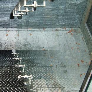 Immagine di una scala sospesa minimal di medie dimensioni con pedata in metallo e alzata in metallo