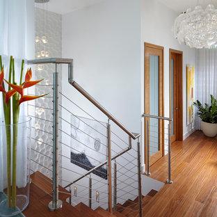 Imagen de escalera en L, contemporánea, de tamaño medio, con escalones de madera