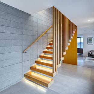 Imagen de escalera suspendida, contemporánea, de tamaño medio, sin contrahuella, con escalones de madera y barandilla de madera
