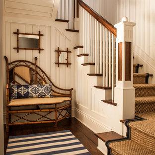 """Ispirazione per una scala a """"L"""" tropicale di medie dimensioni con pedata in legno e alzata in legno"""