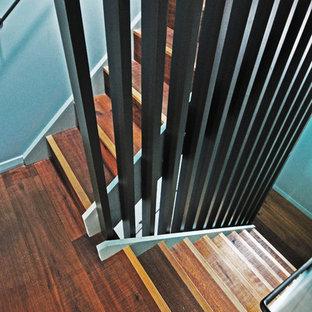 ロンドンの小さい木のおしゃれな折り返し階段 (木の蹴込み板) の写真