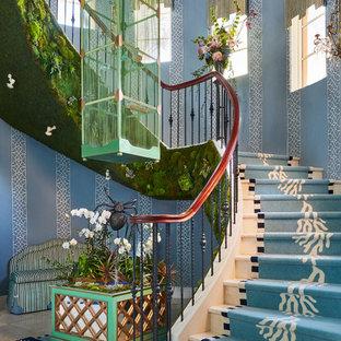 Пример оригинального дизайна: изогнутая лестница в стиле фьюжн с перилами из смешанных материалов