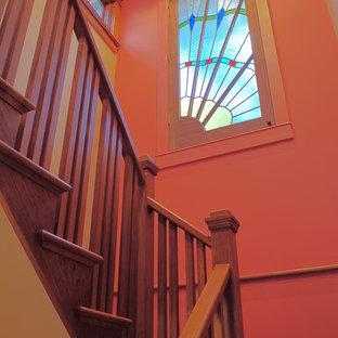 ワシントンD.C.の中サイズの木のおしゃれなかね折れ階段 (木の蹴込み板、木材の手すり) の写真