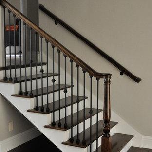 マイアミの小さい木のトラディショナルスタイルのおしゃれな直階段 (フローリングの蹴込み板、混合材の手すり) の写真