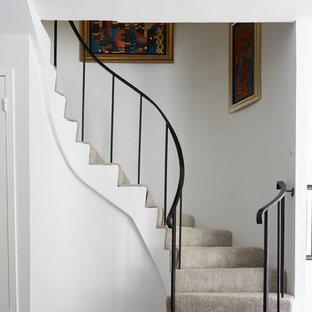 Modelo de escalera curva, tradicional renovada, con escalones enmoquetados, contrahuellas enmoquetadas y barandilla de metal