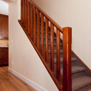 Foto de escalera recta, clásica, de tamaño medio, con escalones enmoquetados, contrahuellas enmoquetadas y barandilla de madera