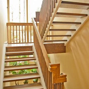 Imagen de escalera en U, clásica, grande, sin contrahuella, con escalones de madera