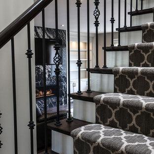 トロントの中くらいの木のトランジショナルスタイルのおしゃれな直階段 (フローリングの蹴込み板) の写真