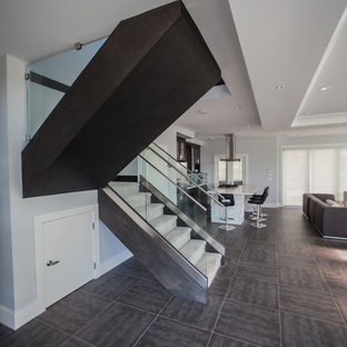 Imagen de escalera en U, actual, de tamaño medio, con escalones enmoquetados, contrahuellas enmoquetadas y barandilla de vidrio