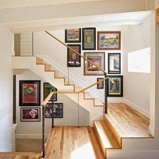 Diseño de escalera en U, contemporánea, de tamaño medio, con escalones de madera y contrahuellas de madera