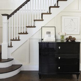 Cette image montre un escalier traditionnel avec des marches en bois.