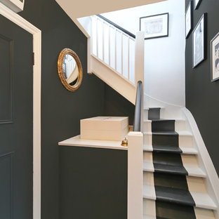 ロンドンの小さい木のエクレクティックスタイルのおしゃれなかね折れ階段 (フローリングの蹴込み板) の写真