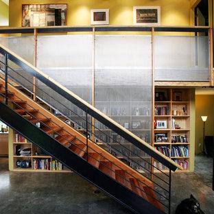 Imagen de escalera suspendida, urbana, pequeña, sin contrahuella, con escalones de madera