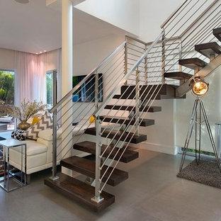 Imagen de escalera en L, urbana, grande, sin contrahuella, con escalones de madera y barandilla de cable