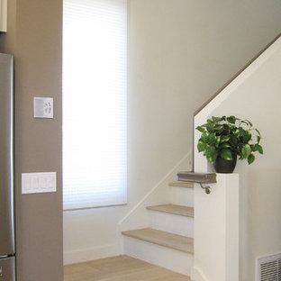 サンディエゴの小さい木のコンテンポラリースタイルのおしゃれな折り返し階段 (木の蹴込み板) の写真