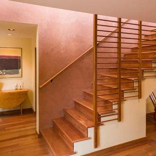 アルバカーキの中くらいの木のサンタフェスタイルのおしゃれな直階段 (木の蹴込み板、木材の手すり) の写真