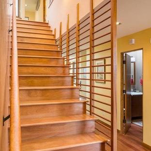 Ejemplo de escalera recta, de estilo americano, de tamaño medio, con escalones de madera, contrahuellas de madera y barandilla de madera