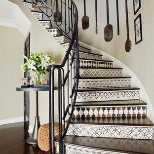 Imagen de escalera curva, mediterránea, con contrahuellas con baldosas y/o azulejos