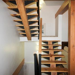 Foto de escalera en U, de estilo americano, con escalones de metal y contrahuellas de metal