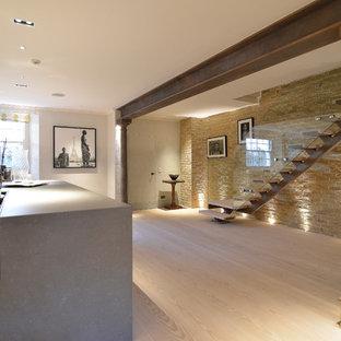 На фото: лестница в стиле модернизм с