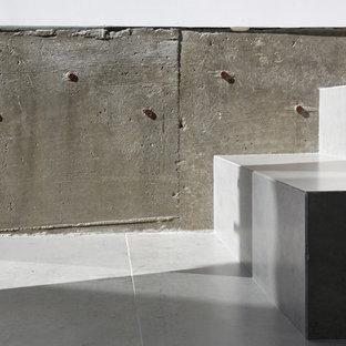 Diseño de escalera en L, minimalista, de tamaño medio, con escalones con baldosas y contrahuellas con baldosas y/o azulejos