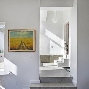 Modelo de escalera en L, minimalista, con escalones con baldosas y contrahuellas con baldosas y/o azulejos