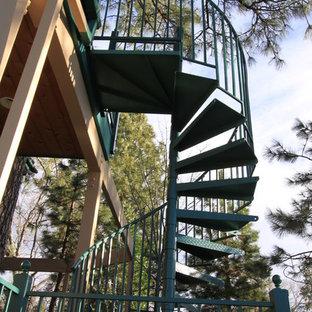 ロサンゼルスの大きい金属製のコンテンポラリースタイルのおしゃれならせん階段 (金属の蹴込み板) の写真