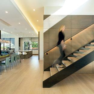 Modelo de escalera en L, contemporánea, sin contrahuella, con escalones de madera