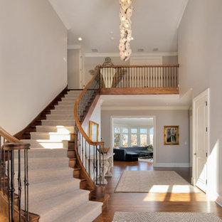 Imagen de escalera curva, clásica, de tamaño medio, con escalones enmoquetados y contrahuellas enmoquetadas