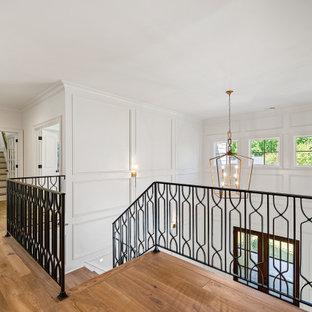 Idéer för stora vintage l-trappor i trä, med sättsteg i målat trä och räcke i metall