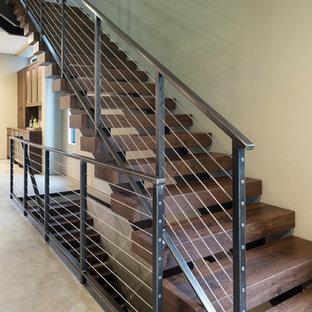 Imagen de escalera suspendida, minimalista, pequeña, sin contrahuella, con escalones de madera