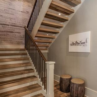 "Foto di una scala a ""U"" american style di medie dimensioni con pedata in legno e nessuna alzata"