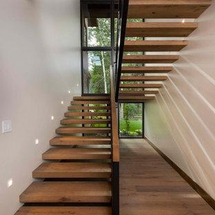 Imagen de escalera en U, rústica, sin contrahuella, con escalones de madera y barandilla de varios materiales
