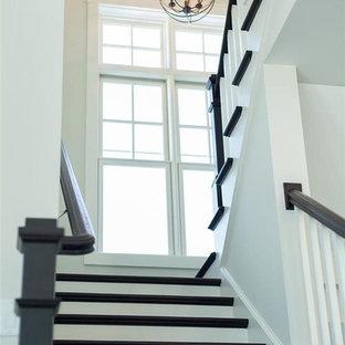 ミルウォーキーの小さいフローリングのトラディショナルスタイルのおしゃれな折り返し階段 (フローリングの蹴込み板) の写真