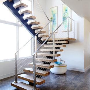 Idéer för en modern flytande trappa i trä, med öppna sättsteg och kabelräcke