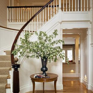 Idéer för en klassisk svängd trappa i trä, med sättsteg i målat trä och räcke i trä