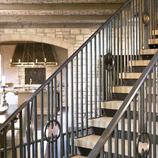 Imagen de escalera recta, tradicional renovada, grande, sin contrahuella, con escalones de madera