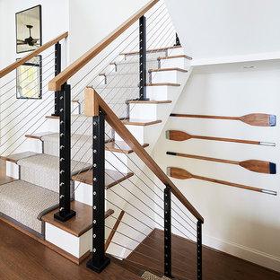 Идея дизайна: п-образная лестница в морском стиле с ступенями с ковровым покрытием, ковровыми подступенками и перилами из тросов