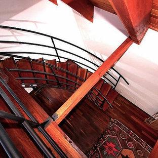 Imagen de escalera curva, rústica, de tamaño medio, sin contrahuella, con escalones de madera