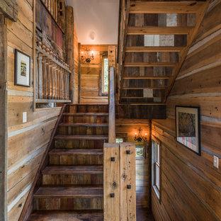 他の地域の中サイズの木のラスティックスタイルのおしゃれな折り返し階段 (木の蹴込み板) の写真