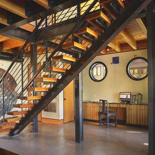 Esempio di una piccola scala a rampa dritta industriale con pedata in legno, nessuna alzata e parapetto in metallo